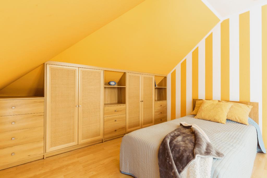 garderoba na poddaszu połączona z sypialnią