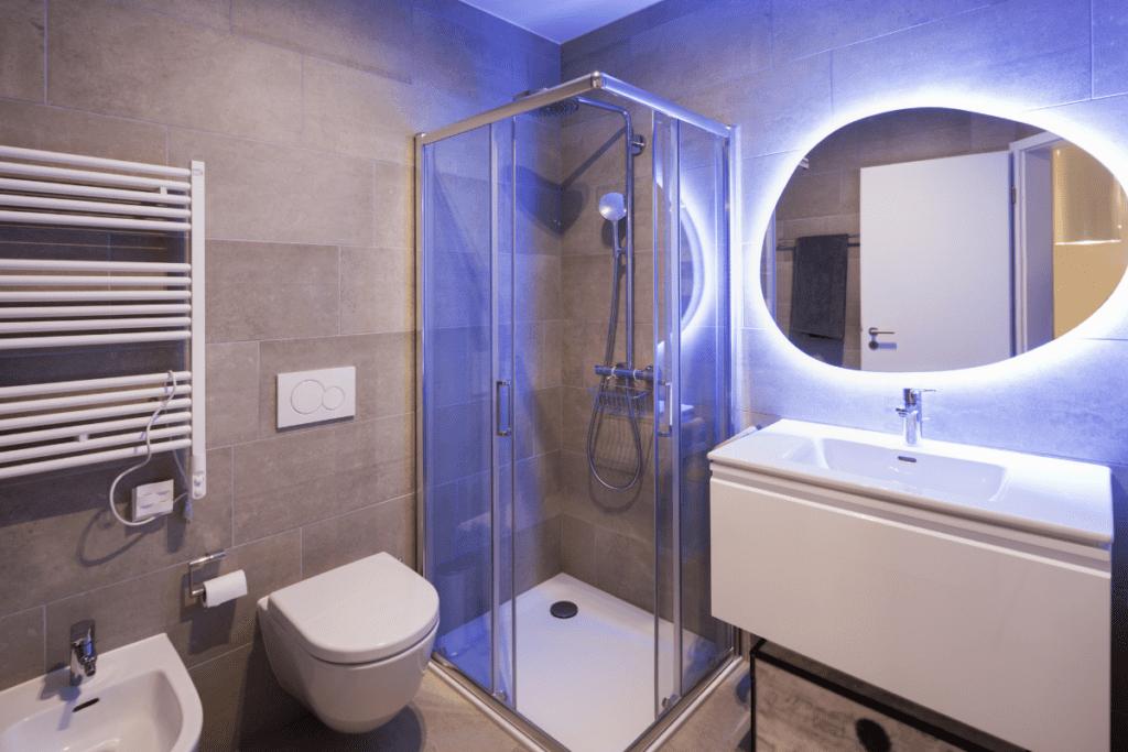 Просторное зеркало и умывальник в маленькой ванной
