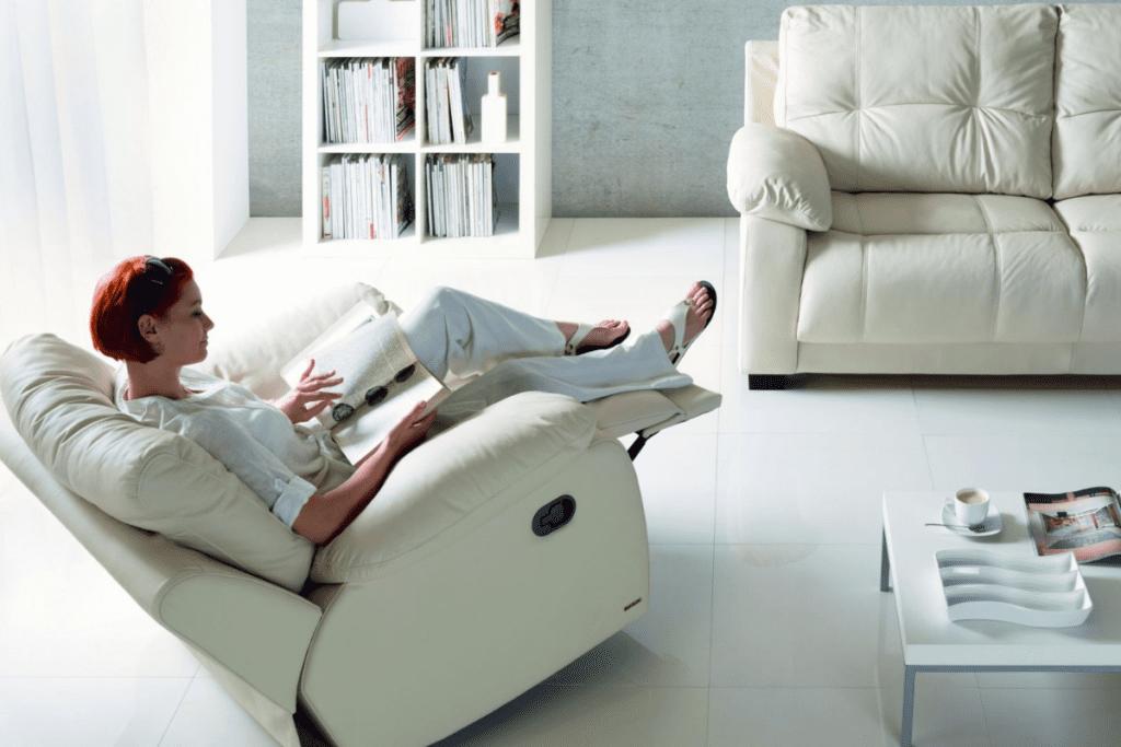Fotel do czytania z rozkładanym podnóżkiem