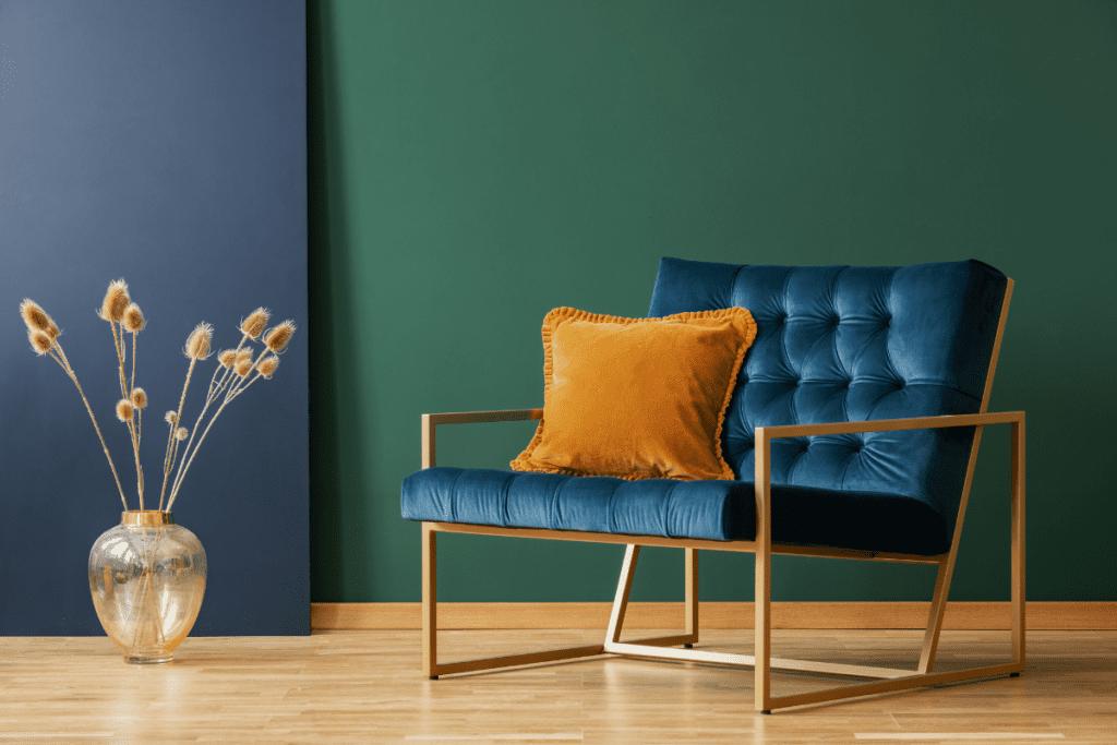 Granatowe krzesło wraz ze ścianą