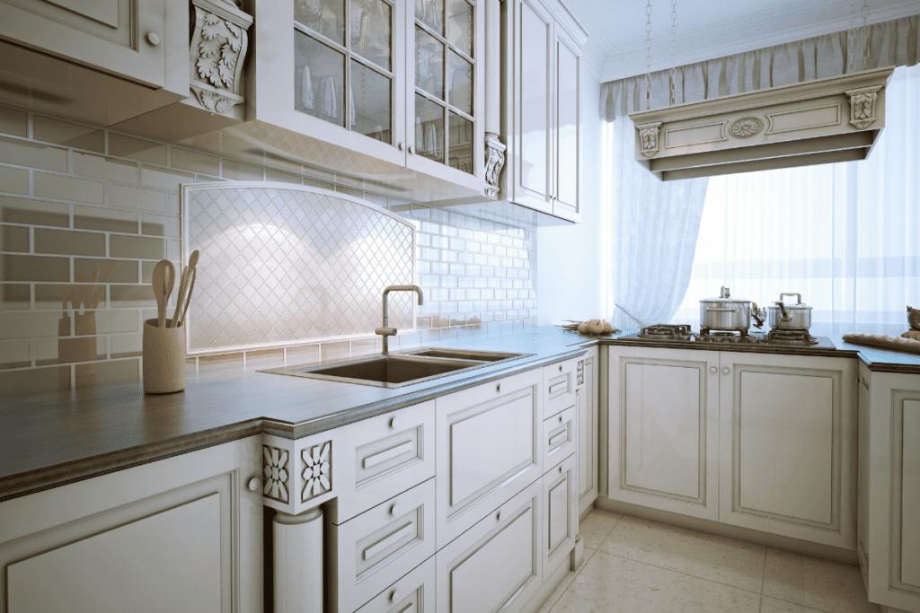biała kuchnia w kształcie litery L
