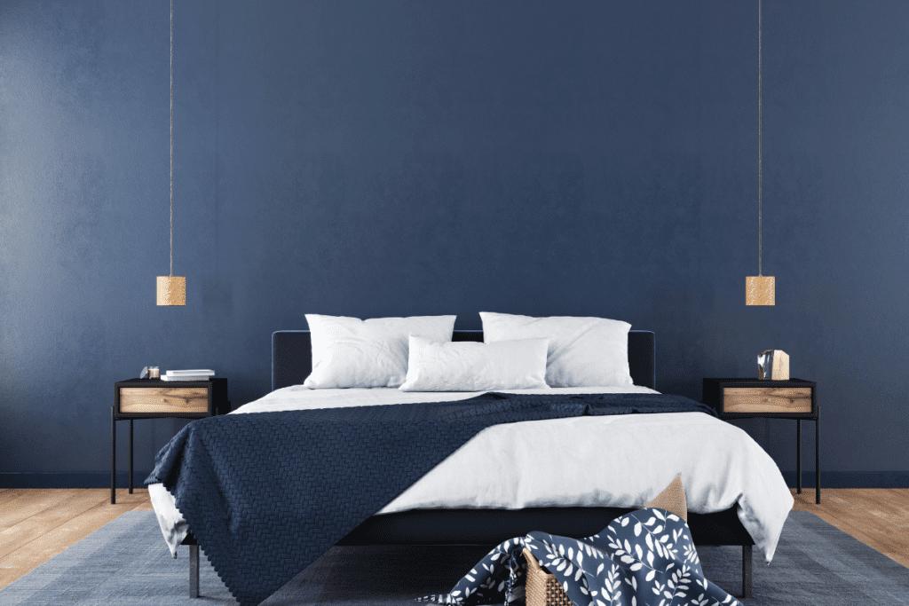 Granatowa ściana w sypialni