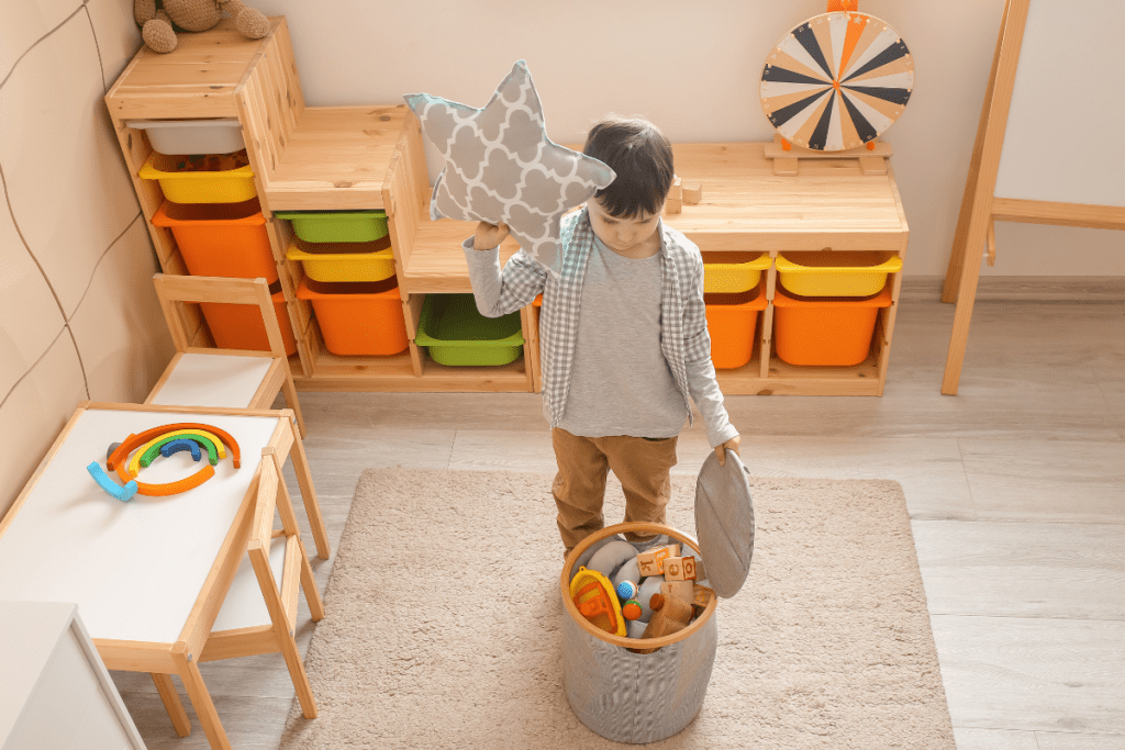 Przechowywanie zabawek w koszu
