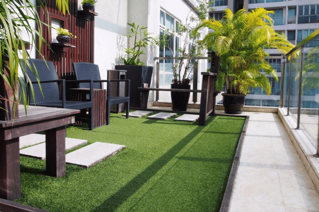 Rośliny ze sztuczną trawą na balkonie