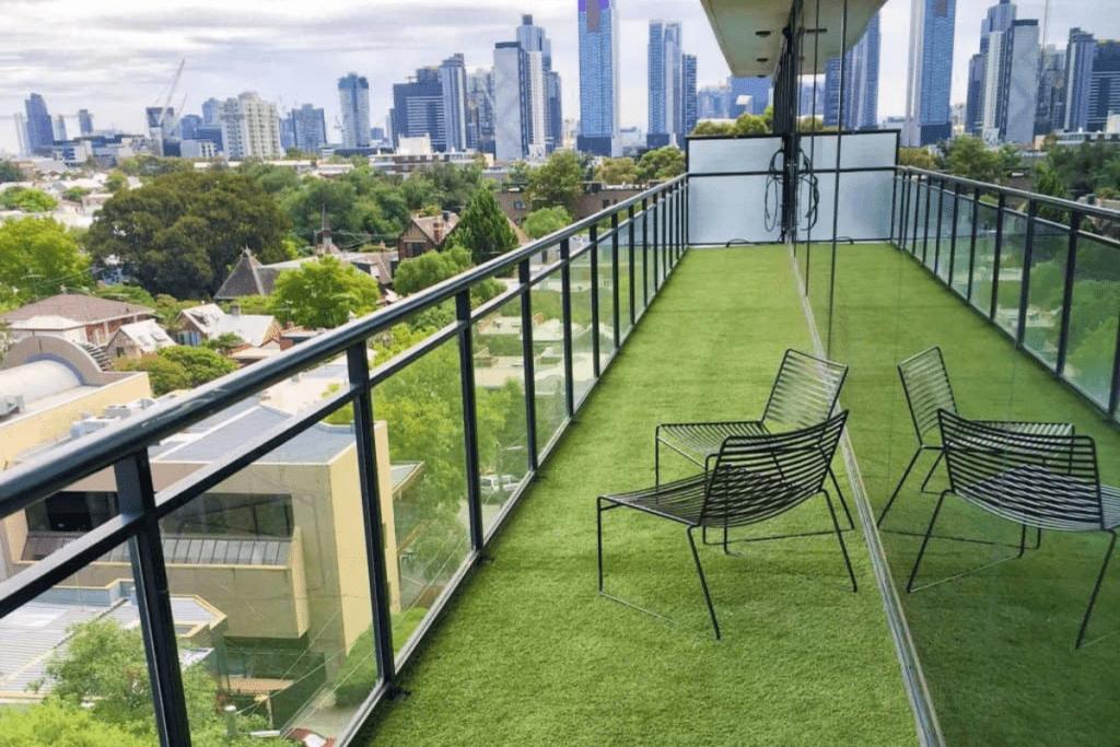 piękny widok z sztuczną trawą