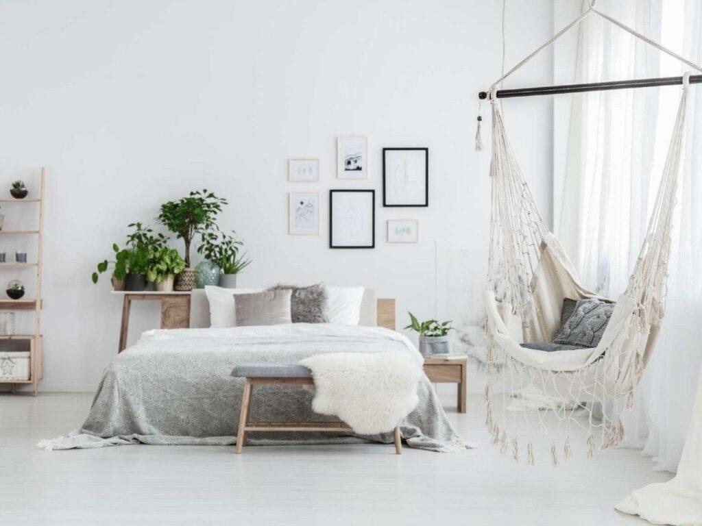 Wiszący fotel w jasnej sypialni