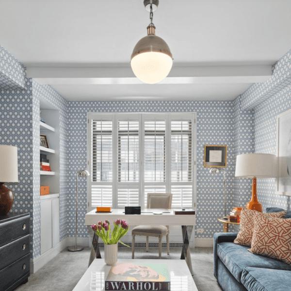 Salon z niebieską tapetą