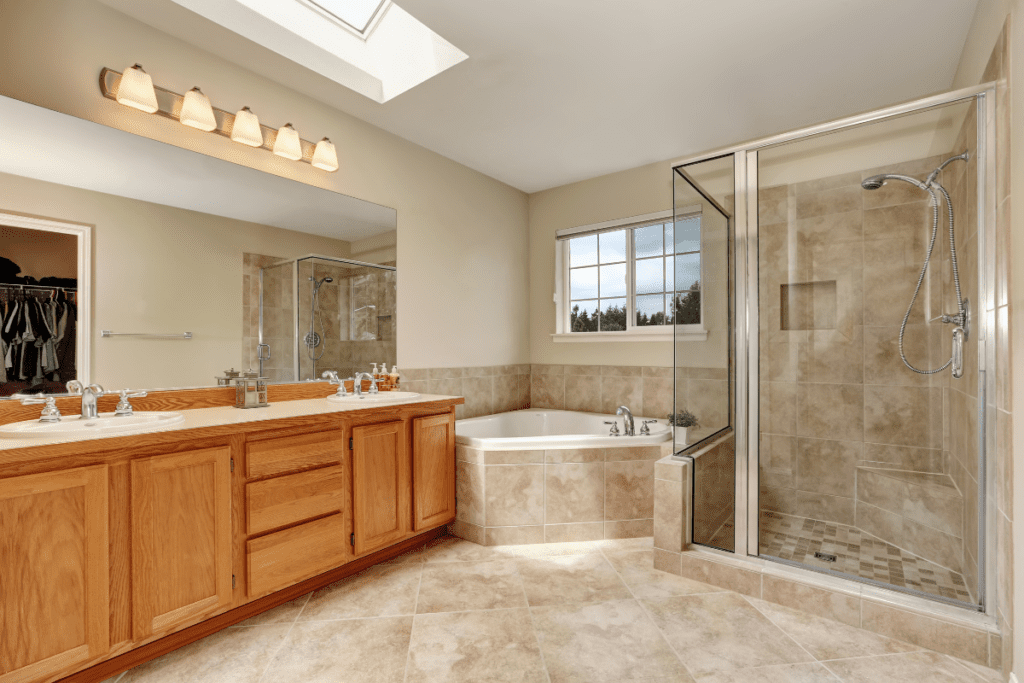 Łazienka z wanną narożną i prysznicem