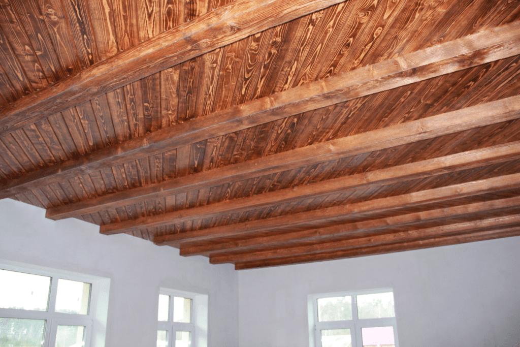 Drewniane belki na suficie