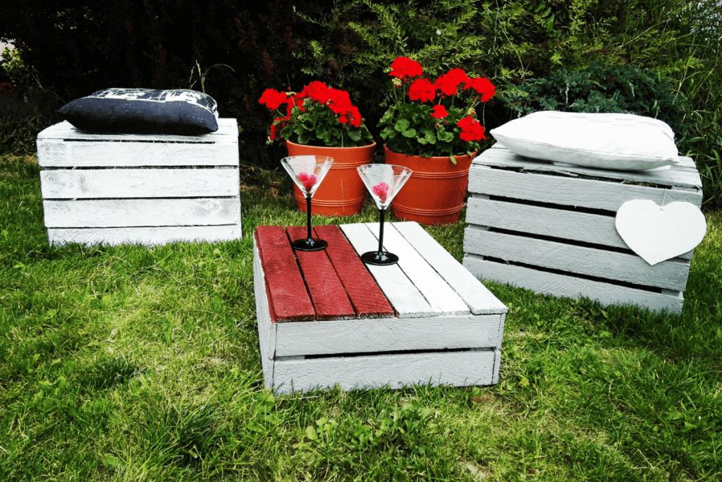 Meble ze skrzynek w ogrodzie
