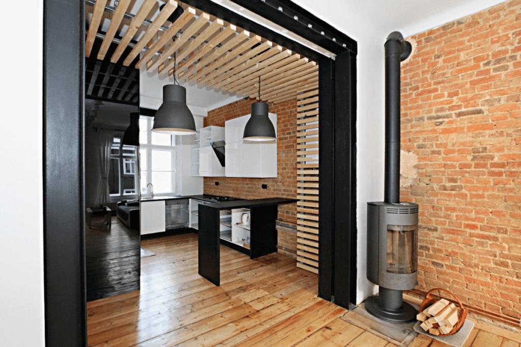 Drewniany sufit podwieszany z listew montażowych